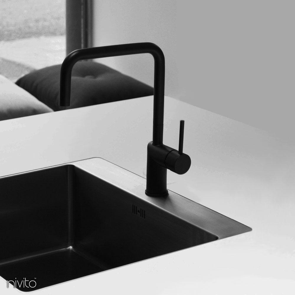Schwarzer kuchen wasserhahn